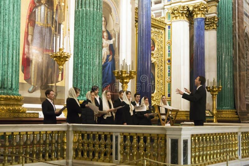 Choeur d'église avec le conducteur chantant pendant l'office photographie stock libre de droits