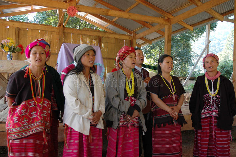 Choeur de tribu de colline à l'église rurale photo stock