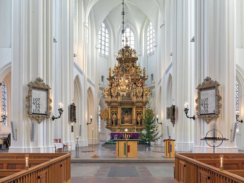 Choeur et autel de l'église de St Peter à Malmö, Suède image stock