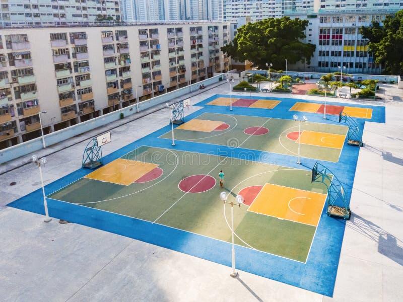 Choi Wieszał kolorowego boisko do koszykówki obraz stock