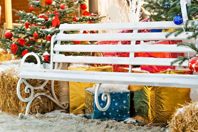 Choinek dekoracje, prezenty, ławka, siano outdoors fotografia stock