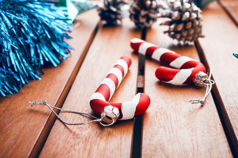 Choinek dekoracje w postaci cukierek trzciny na drewnianym t zdjęcia stock