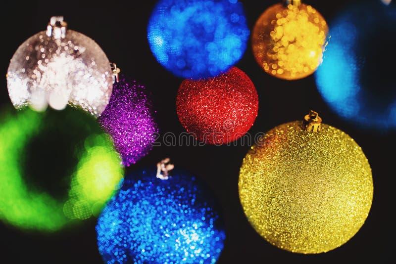 Choinek kolorowe zabawki Olśniewające piłki na czerni ścianie dekoracje Abstrakcjonistyczny wakacyjny tło Nowy 2019 rok nastrój zdjęcia royalty free