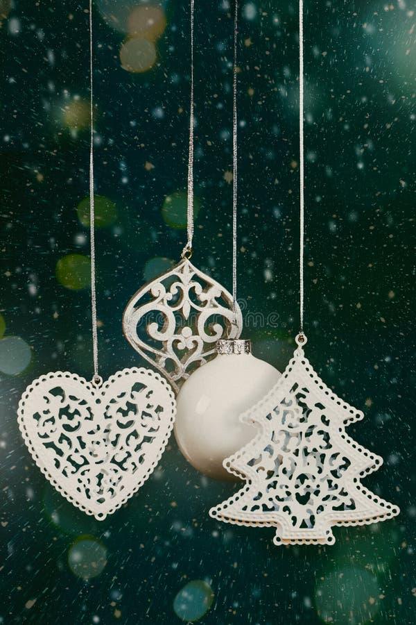 Choinek piłki z śniegu i świateł bokeh zdjęcia royalty free