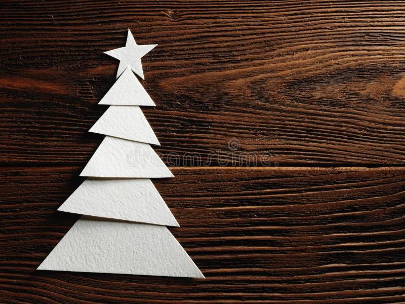 Choinka ciie out od papieru na drewnianym tle obrazy royalty free