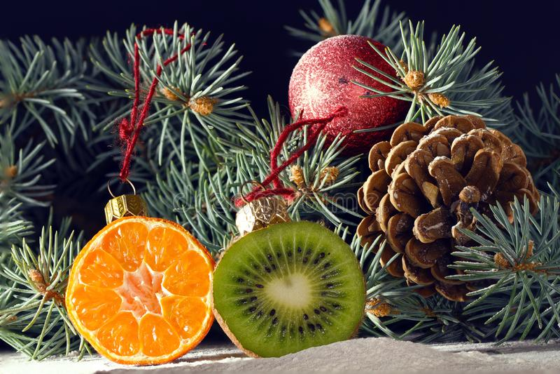 Choinka dekorował z owoc kiwi owoc i clementin zdjęcia stock