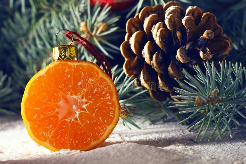 Choinka dekorował z owoc kiwi owoc i clementin obrazy stock