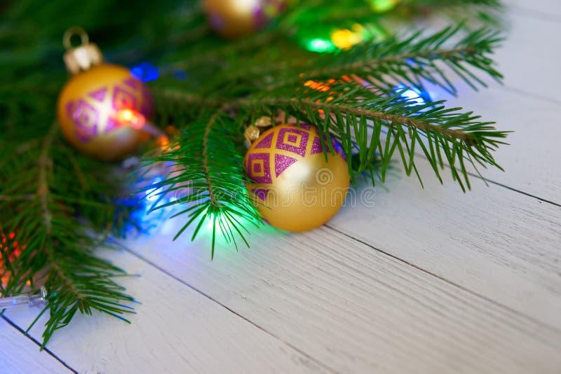 Choinka, dekorująca z zabawkami i kolorowymi światłami na li, obraz stock