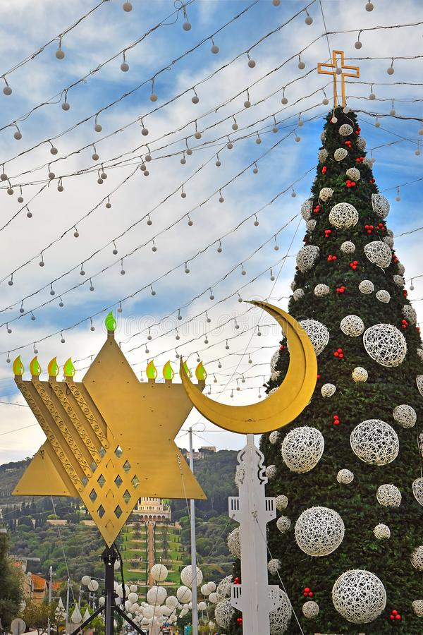 Choinka, Hanukkah menorah i półksiężyc w Haifa, Izrael zdjęcie stock