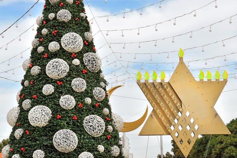 Choinka, Hanukkah menorah i półksiężyc w Haifa, Izrael fotografia royalty free