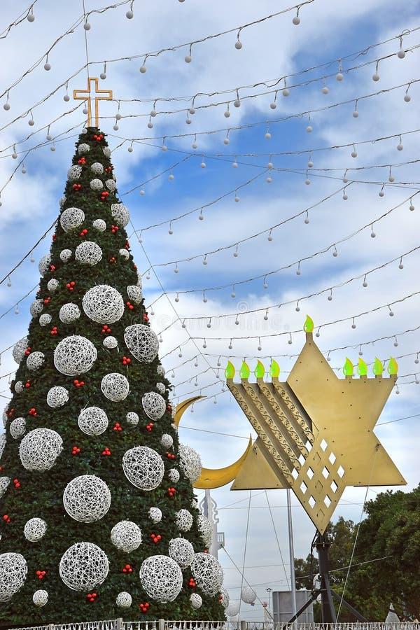 Choinka, Hanukkah menorah i półksiężyc w Haifa, Izrael obrazy stock