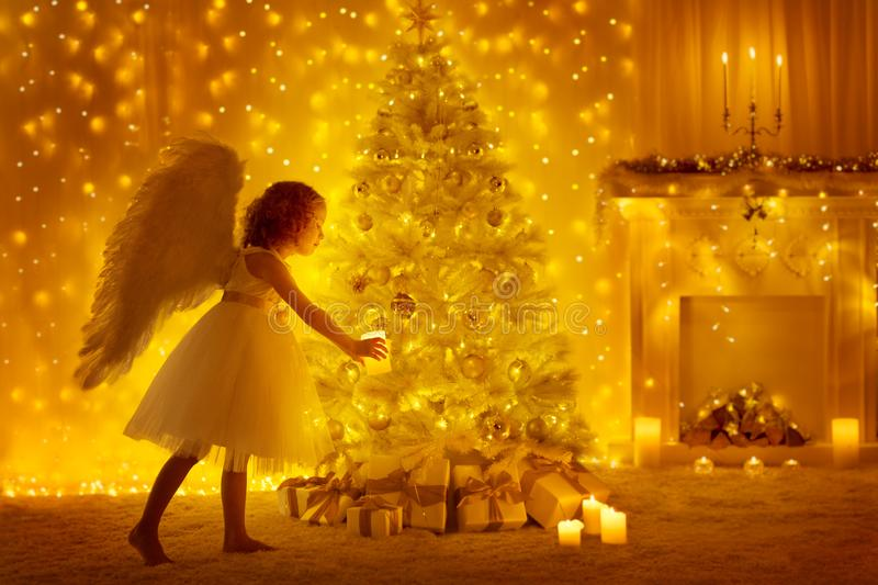 Choinka i anioła dziecko z świeczką, dziewczyną i teraźniejszość, zdjęcia stock