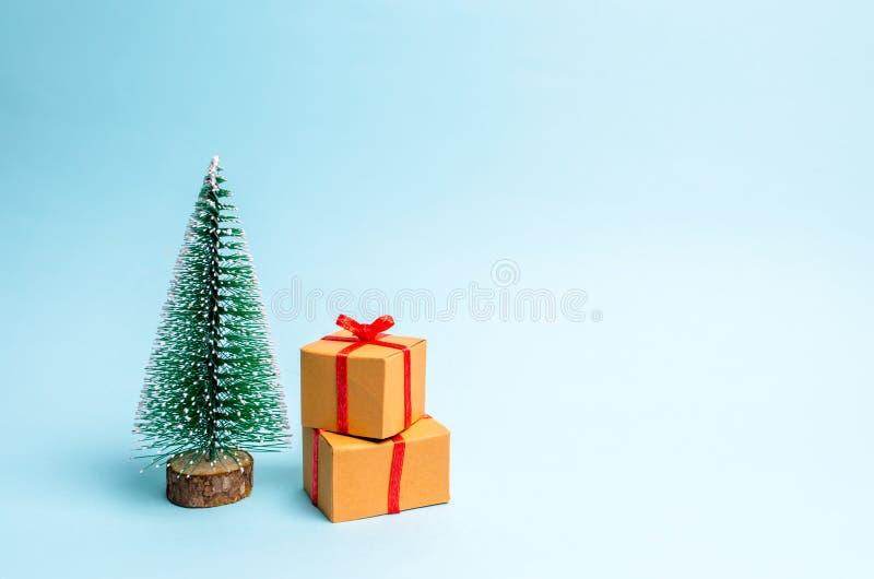 Choinka i prezent na błękitnym tle minimalista Rodzinny wakacje, boże narodzenia i nowy rok, Sprzedaż prezenty Bubel fotografia stock
