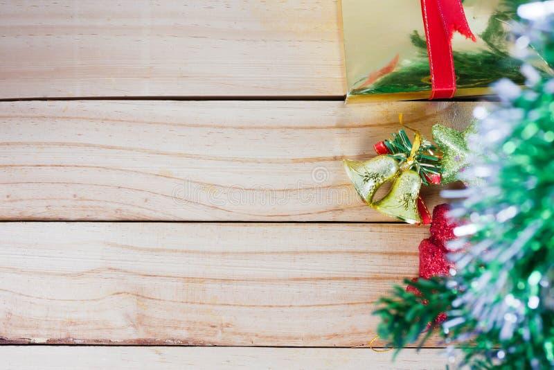 Choinka i złoci dzwony z gwiazdą na drewnianym backgrou obrazy stock