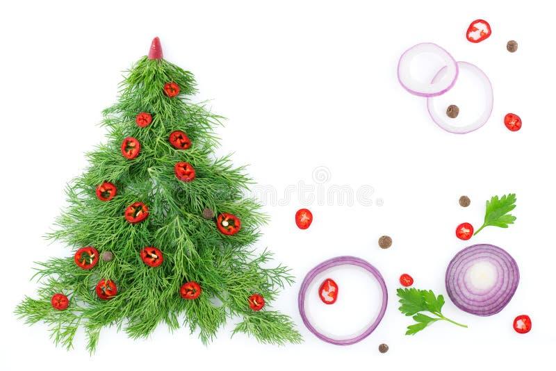 Choinka koper, dekorująca z chili pieprzami w górę warzyw na białym tle, z Zdrowy jedzenie I odżywianie zdjęcia stock