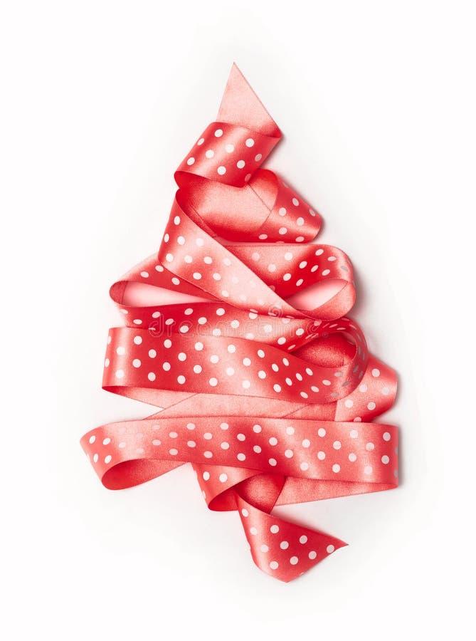 Choinka od różowej tasiemkowej taśmy odizolowywającej na białym tle fotografia stock