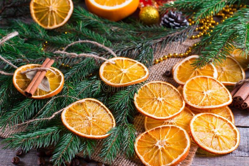 Choinka od suchych pomarańcz, cynamonu i anyżu, gra główna rolę na drewnianym wieśniaka stole obraz royalty free