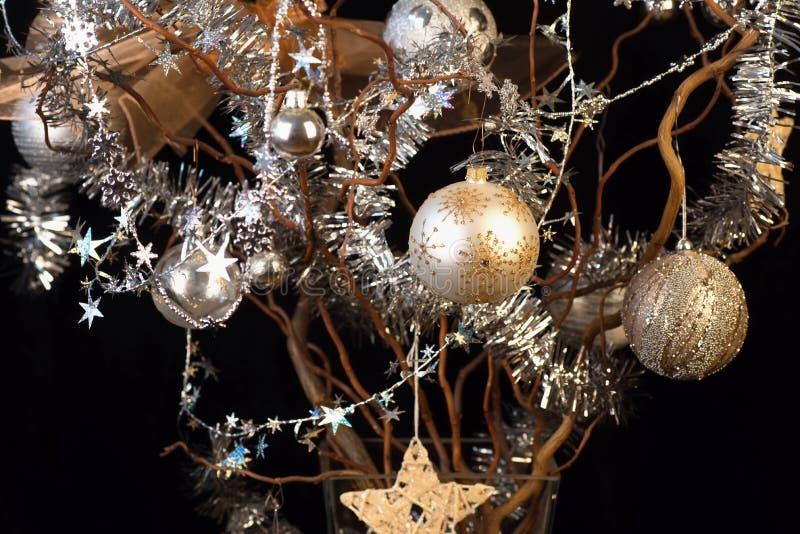 Choinka, piłki, łańcuchy i gwiazdy na czerni, złote i srebne, zdjęcie stock