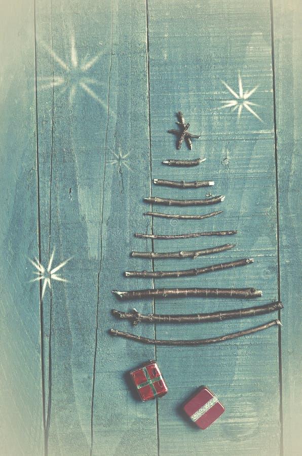 Choinka robić od suchych kijów na drewnianym, błękitnym tle, obraz stock
