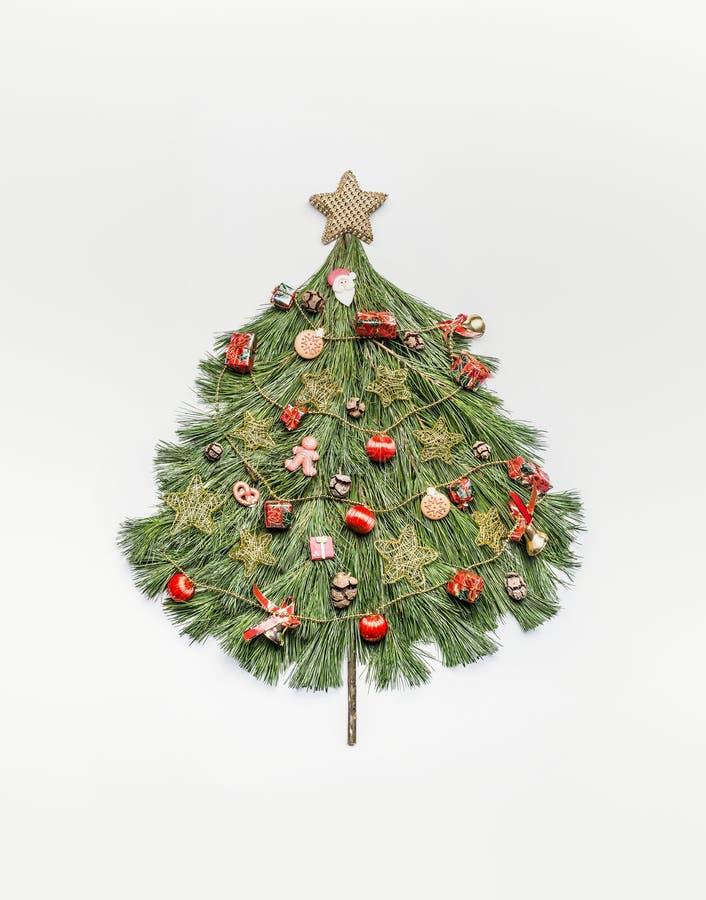 Choinka robić z cedr gałąź, dekorować z złoto gwiazdą i czerwonymi świątecznymi dekoracjami obraz stock