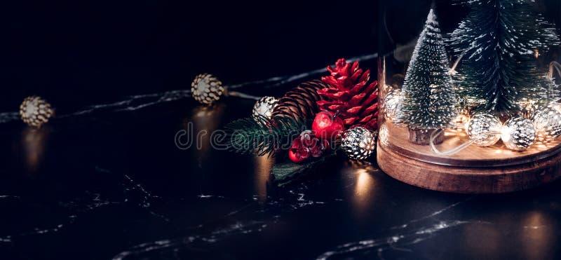 Choinka, rozjarzony światło sznurek, sosny mistle i rożek i zdjęcie royalty free