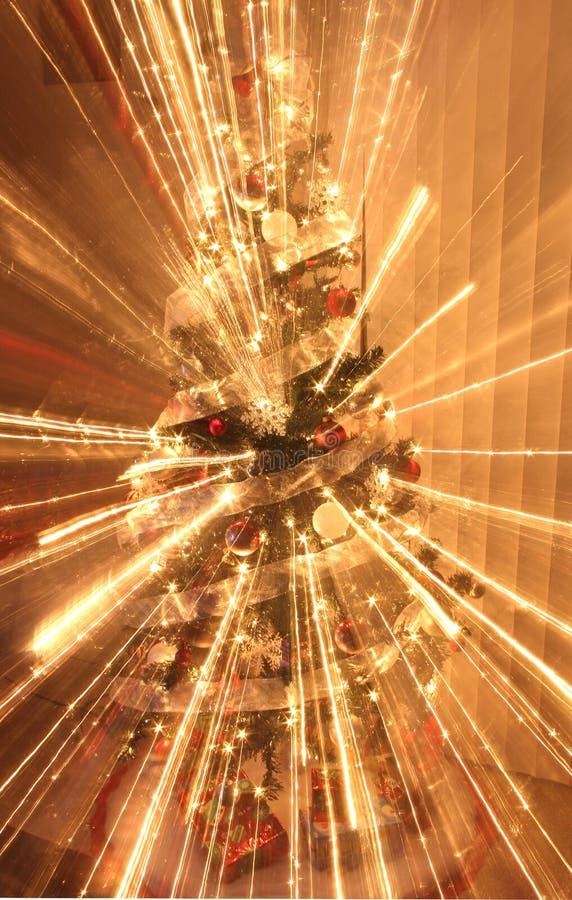 Choinka z dekoracjami i światłami zdjęcia royalty free