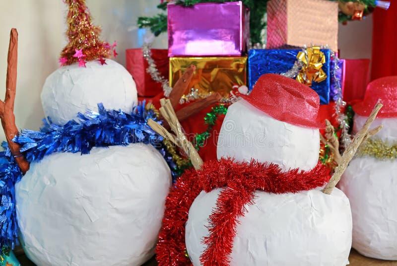 Choinka z dekoracyjnymi rzeczami dla Xmas czasu i zima przyprawiamy tło Bałwan zdjęcia stock