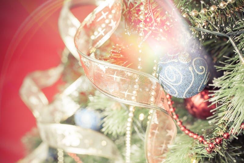 Choinka z magicznymi gwiazdowymi skutka i dekoraci piłkami fotografia stock