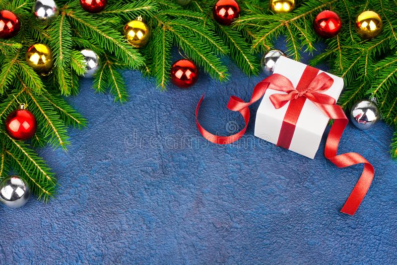 Choinki świąteczna granica na zielonych jedlinowych gałąź, nowy rok dekoracyjna rama, złote, srebne piłek dekoracje, prezenta pud zdjęcia stock