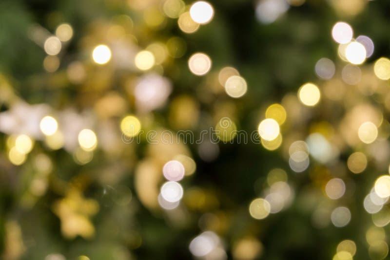 Choinki bokeh światło w zielonym żółtym złotym kolorze, wakacyjny abstrakcjonistyczny tło, zamazuje defocused obraz royalty free