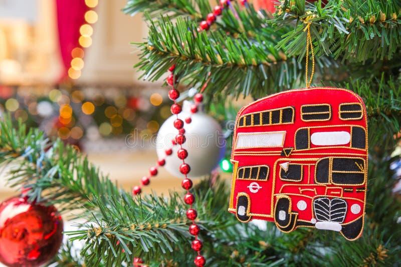 Choinki dekoracja z czerwonym autobusu piętrowego Londyn autobusem fotografia stock