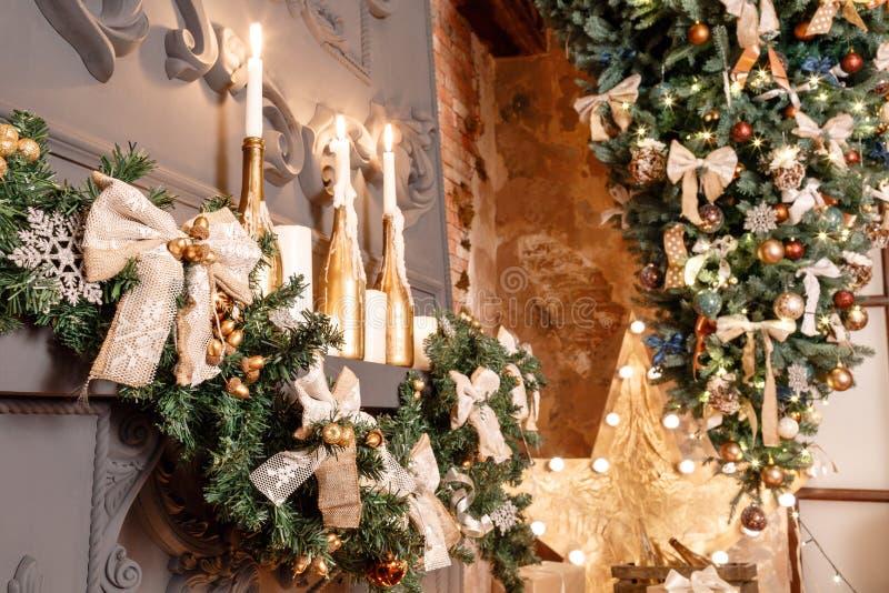 Choinki gałąź na grabie i inne wakacyjne dekoracje w ciemnym loft fotografia stock