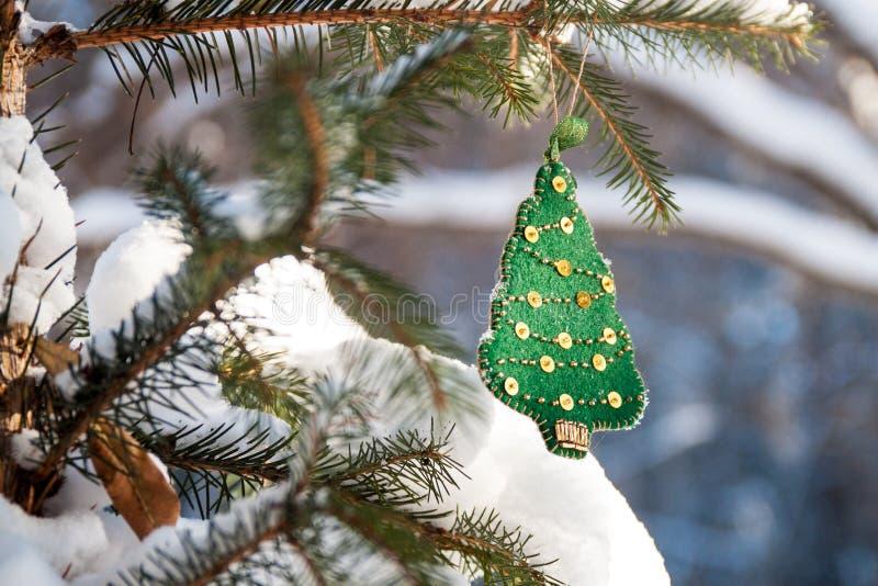 Choinki gałąź w lesie z zieloną handmade dekoracją Pogodny zima dzień zdjęcia stock
