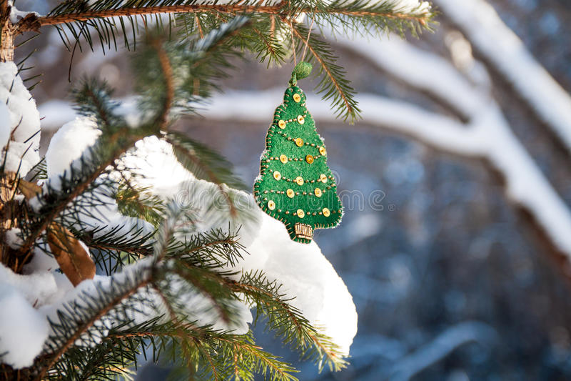 Choinki gałąź w lesie z zieloną handmade dekoracją Pogodny zima dzień zdjęcie stock
