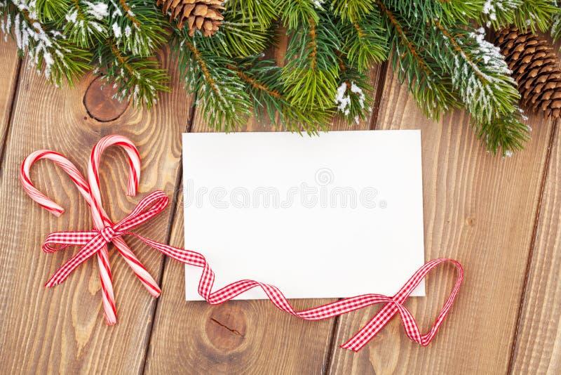 Choinki gałęziasty i pusty kartka z pozdrowieniami fotografia stock