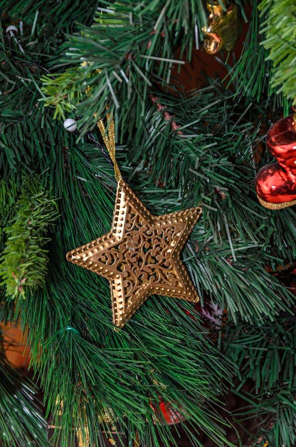 Choinki obwieszenia ornament, złota gwiazda, zakończenie w górę obraz stock