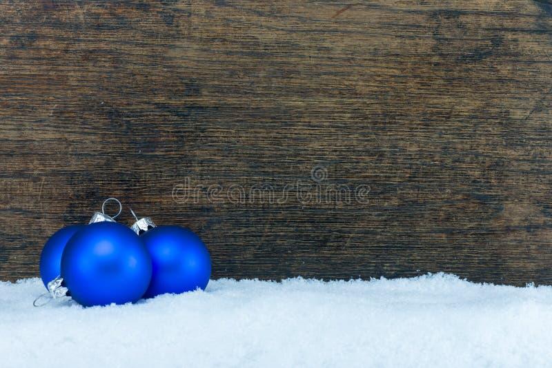 Choinki piłka i drewniany tło zdjęcia stock