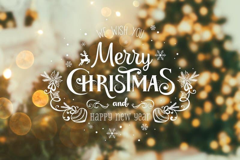 Choinki tło i boże narodzenie dekoracje z zamazanym, iskrzący, Wesoło boże narodzeniu i Szczęśliwy nowy roku, jarzyć się i teksta obraz royalty free