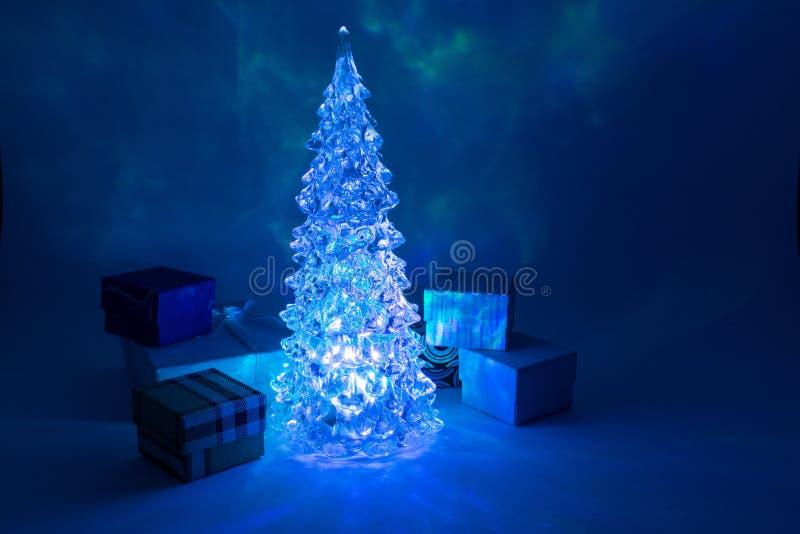 Choinki zabawkarski jaśnienie z pięknym cieniem z prezentem wokoło Północnych świateł fotografia royalty free