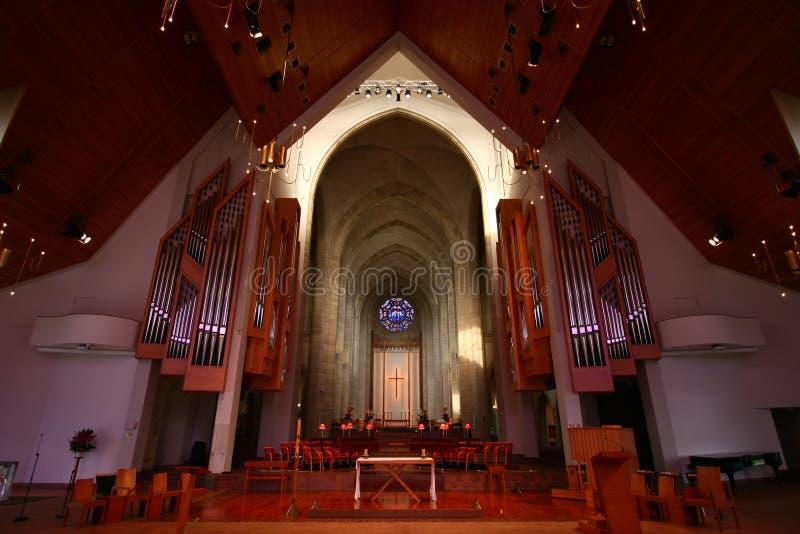 Choir, altaar en orgaan met afgewerkte buizen onder een hellend plafond aan de binnenkant van de Heilige Driehoekkathedraal, Parne royalty-vrije stock afbeelding