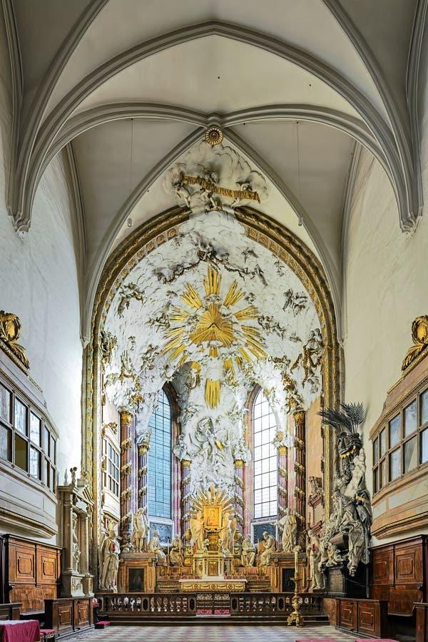 Choir en altar van de Sint-Michael-kerk in Wenen, Oostenrijk royalty-vrije stock afbeelding