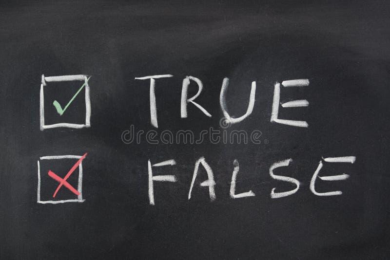 Choise między Prawdziwym i Fałszywym zdjęcia stock