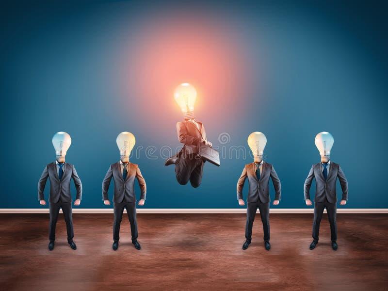 Choisi Groupe d'homme d'affaires avec des ampoules au lieu de tête Sauter d'homme d'affaires d'ampoule de Lit photo stock