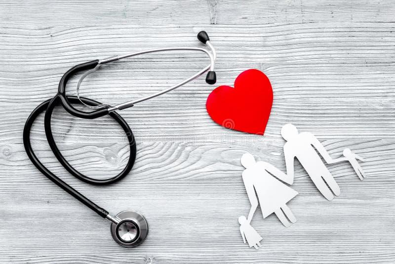 Choisissez l'assurance médicale maladie Stéthoscope, coeur de papier et silhouette de famille sur la vue supérieure de fond en bo image stock