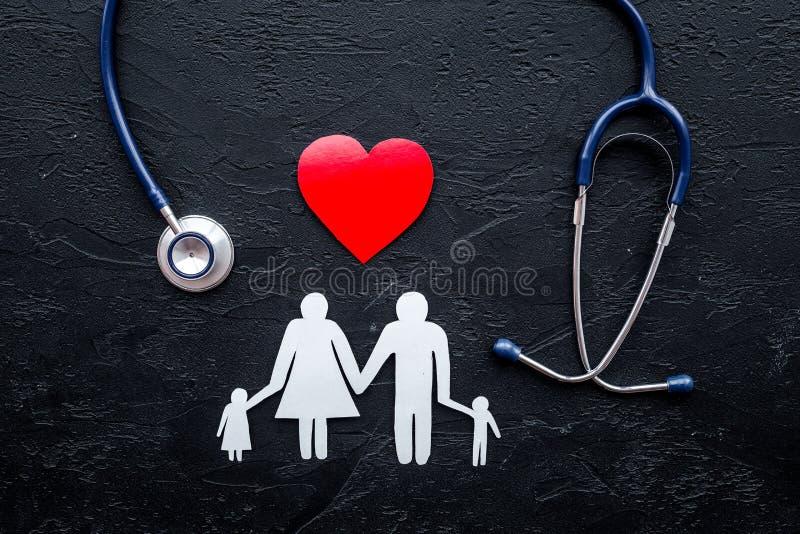 Choisissez l'assurance médicale maladie Stéthoscope, coeur de papier et silhouette de famille sur la vue supérieure de fond en pi images libres de droits
