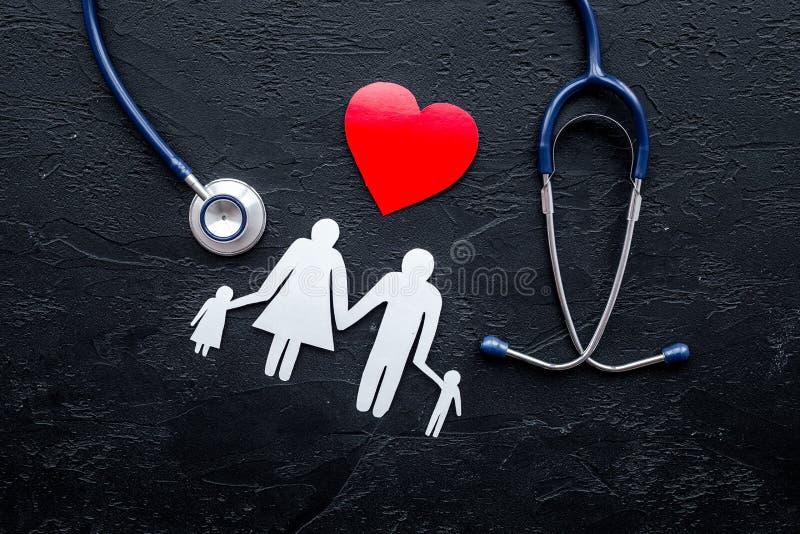 Choisissez l'assurance médicale maladie Stéthoscope, coeur de papier et silhouette de famille sur la vue supérieure de fond en pi photo stock