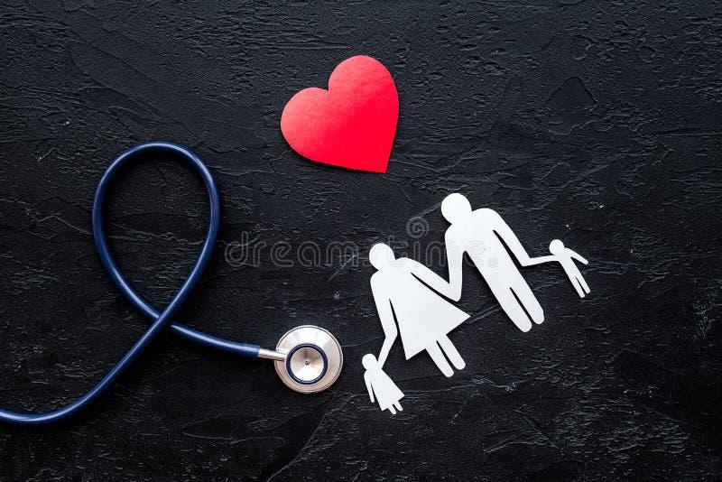 Choisissez l'assurance médicale maladie Stéthoscope, coeur de papier et silhouette de famille sur la vue supérieure de fond en pi image libre de droits