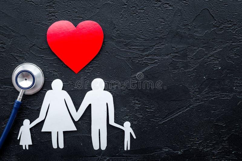 Choisissez l'assurance médicale maladie Stéthoscope, coeur de papier et silhouette de famille sur le copyspace en pierre noir de  images libres de droits