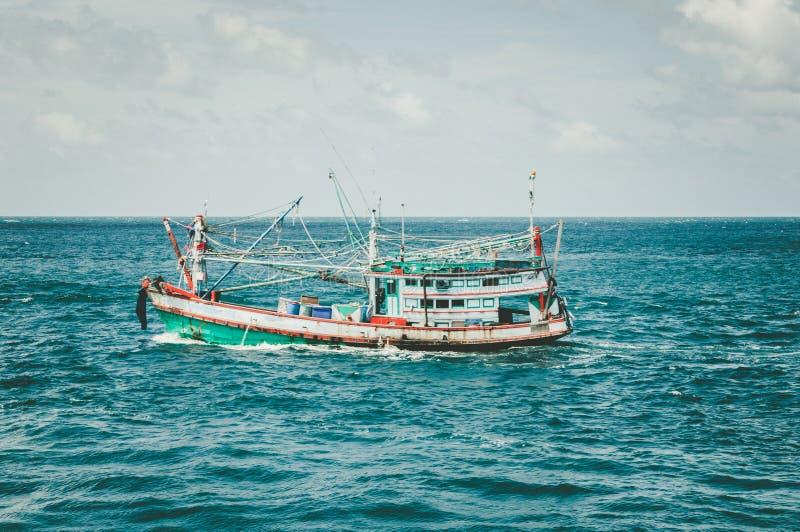 Choisissez le bateau en bois de poissons dans l'océan près de la frontière de la Thaïlande photos libres de droits