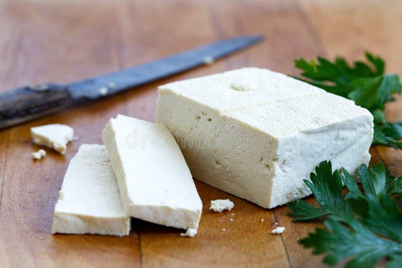 Choisissez le bloc de tofu blanc avec deux tranches de tofu, les miettes, p frais photo stock
